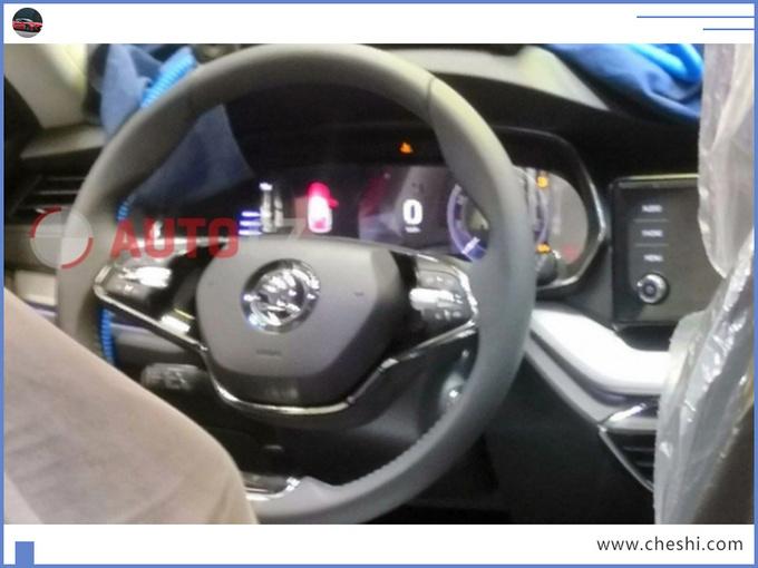 别老盯着大众速腾,这款轿车跟它同源,方向盘造型你绝对没见过