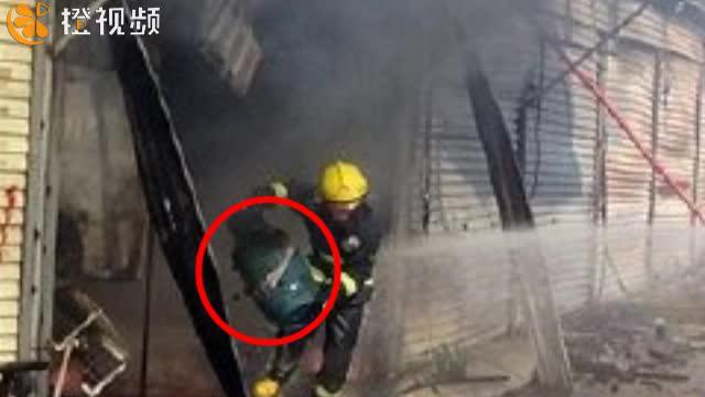 【橙视频】餐馆起火并伴有爆炸声 消防员直接抱起煤气罐冲出火场
