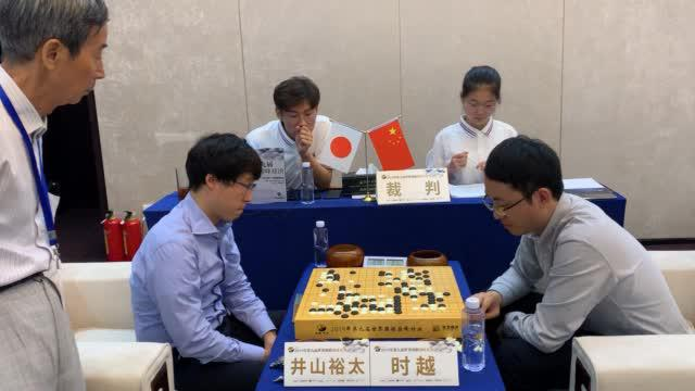 八强战另一局时越中盘胜井山裕太,局后两人研讨。()