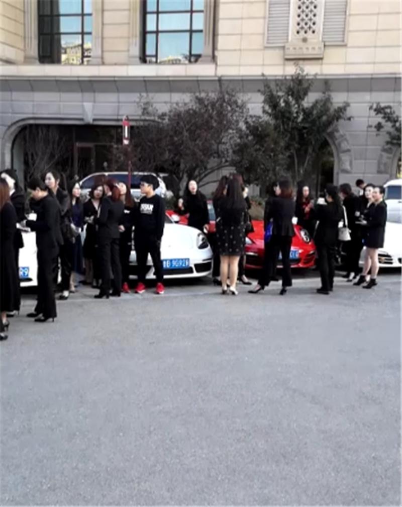 一批网红现山东街头,现场超跑、豪车众多,个个都站车旁拍照合影