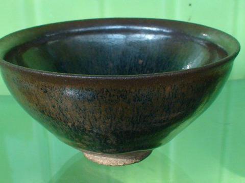 日本奉为国宝的宋代建窑茶盏价值千万,古玩地摊上真的能捡漏吗?
