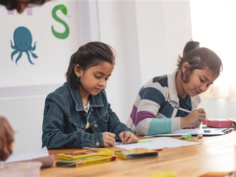 联合国儿基会帮助科特迪瓦生产再生塑料砖来建造学校