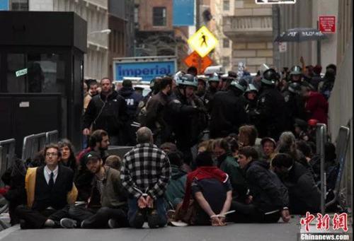 香港警察够克制了 不信看看西方警察都是怎么干的|示威