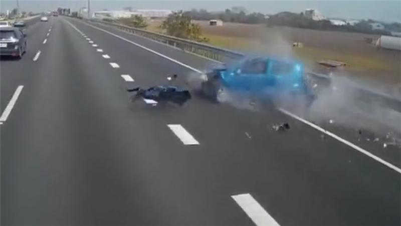 5万铃木高速超车,车主一个操作,车子撞毁,摄像头记录最后画面