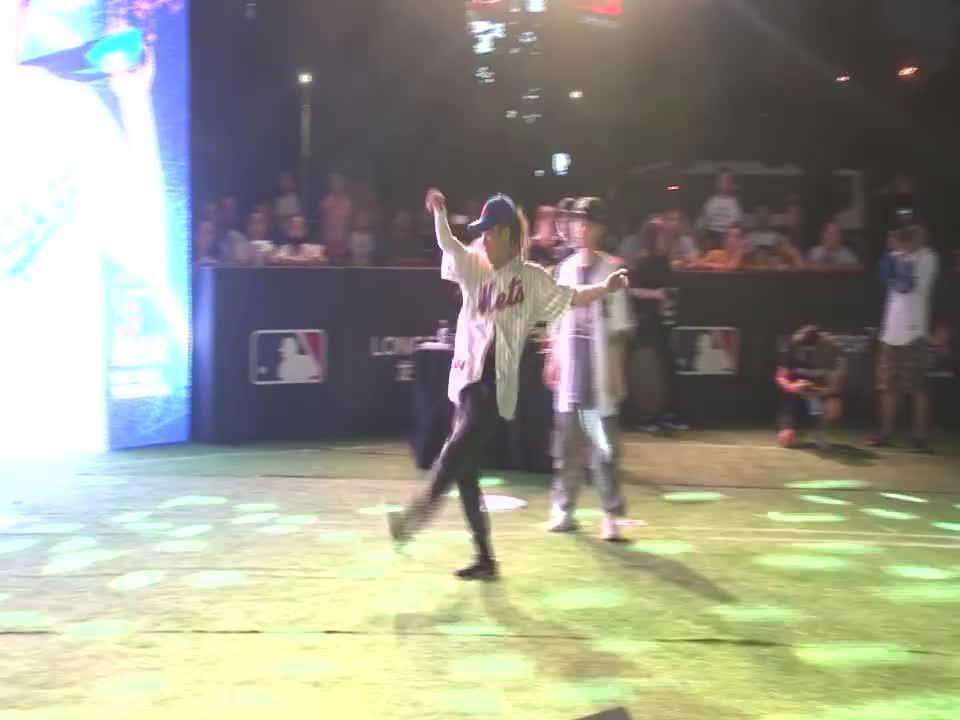 视频:杨文昊亮相某街舞比赛并担任评委