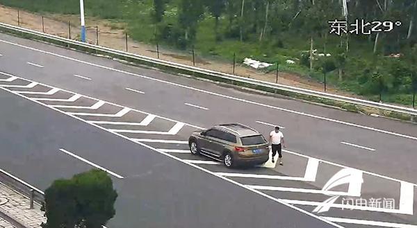 32秒丨男子高速匝道口导流线停车整理后备箱 被罚200记3分