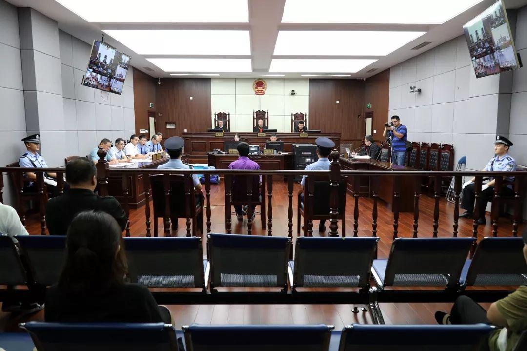 杀害青岛民警的嫌犯受审:致3人死亡 2人受伤|嫌犯