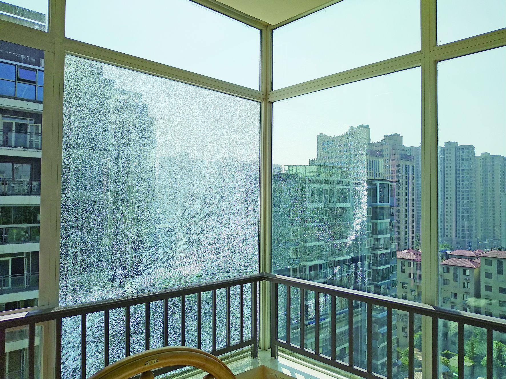 """15楼玻璃窗惊现""""弹孔"""""""