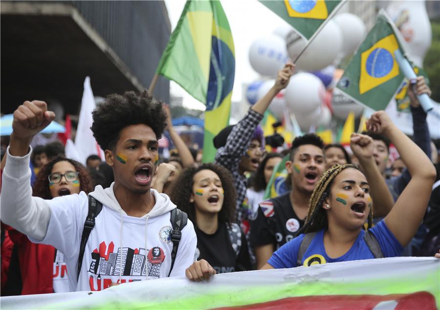 巴西学生涌上街头示威 抗议政府削减教育经费