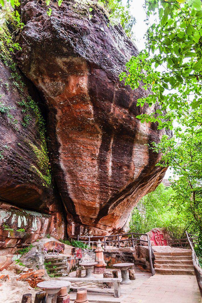在中国最美七大丹霞之首的悬崖峭壁中 竟有一座天然形成的古寺