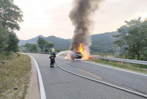湖北罗田一轿车行驶中突然起火 消防火速处置