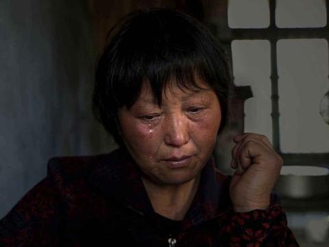 64岁失独奶奶努力生二胎,孩子出生后,现在的生活让人心酸