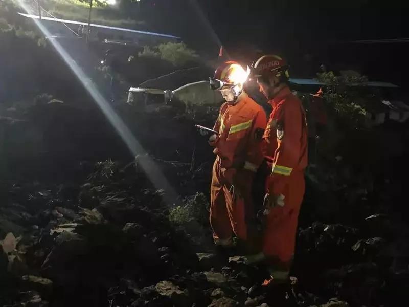 """连夜开展救援工作 本文图片均来自""""四川省应急管理厅""""微信公号"""