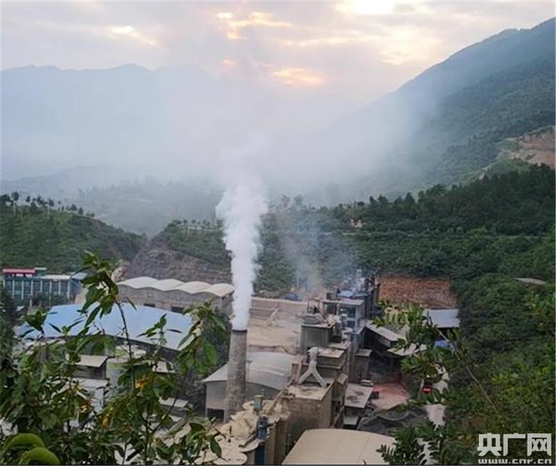 重庆永年水泥厂被淘汰生产线仍运转 厂区笼罩灰霾