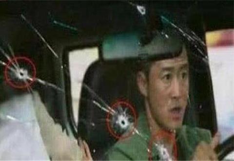 车子受到攻击,党风玻璃上都是小弹孔