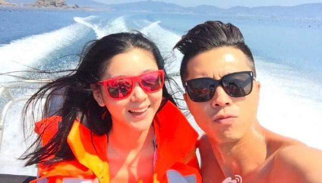 李小萌王雷出海游,俩人在游艇上开心合影,网友:王雷没安全意识