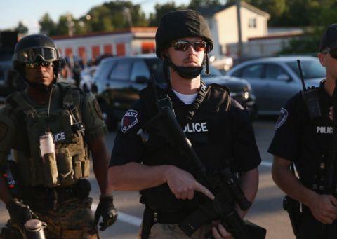 为打击非法移民,美国出警镇压,举动引全球愤怒,丑陋嘴脸暴露