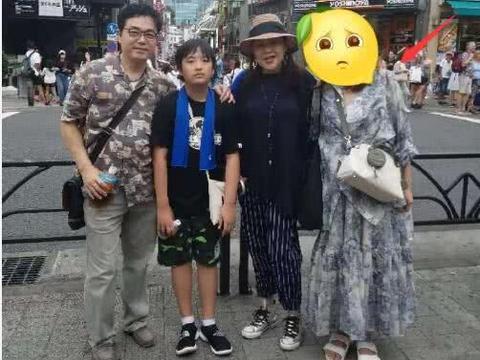吴镇宇妻子王丽萍带儿子逛街 费曼全程提包拿东西超无奈