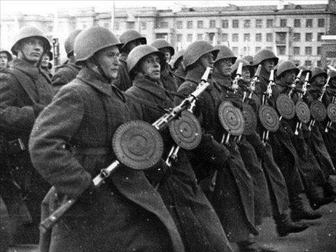 """二战,""""闪电战战无不胜""""的神话被谁破灭?把闪击战改为持久战?"""