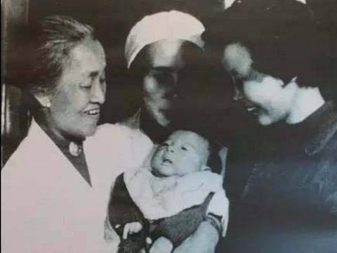 她没恋人、没丈夫、没宝宝,呆在病房60年,为5万人出生证签名