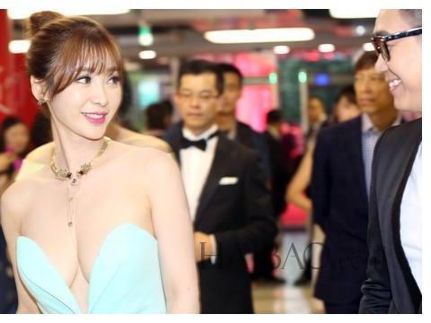 当36岁唐嫣撞上37岁柳岩,同样是穿礼裙,黑色的显瘦?