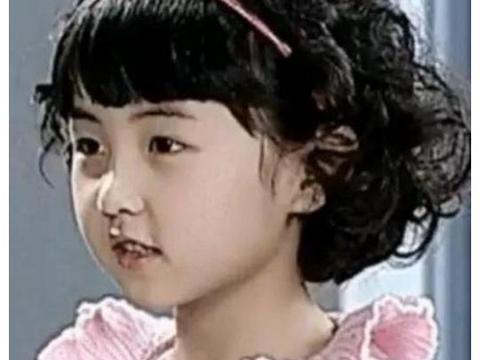"""张子枫童年照曝光,""""羊卷毛""""可爱至极,粉丝:不愧是国民妹妹!"""