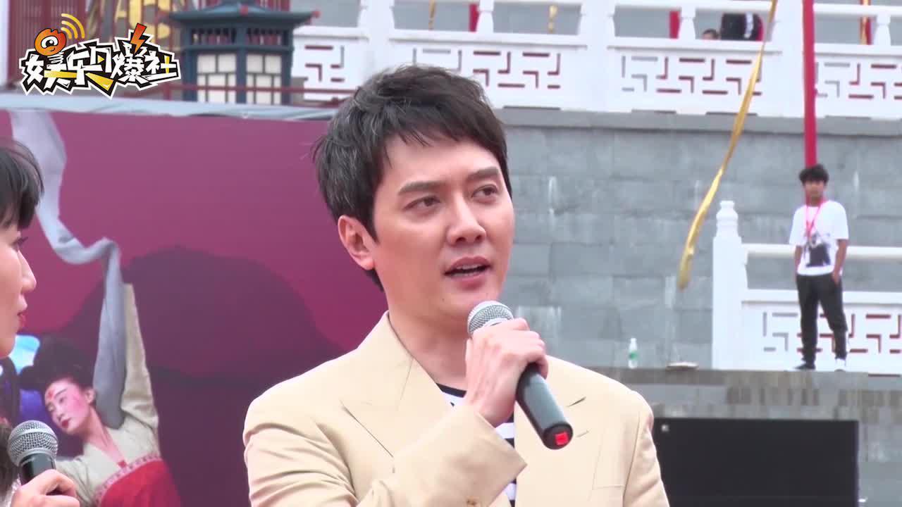 视频:杨幂冯绍峰合体录综艺 两人戴安全帽合作笑容不断