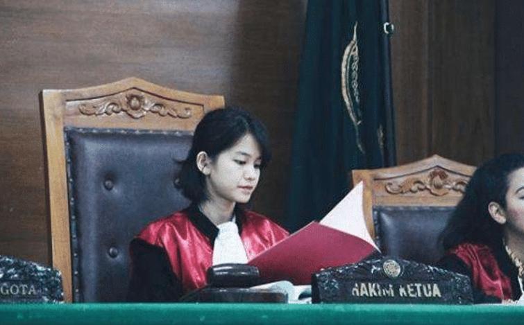 """印尼""""童颜""""女法官,爸爸是高官,舅舅是军区司令,爷爷财团首脑"""