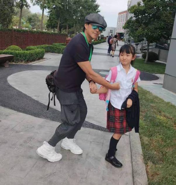 莫少聪和女儿同框,9岁莫芷嫣颜值亮了,和洪欣女儿好像