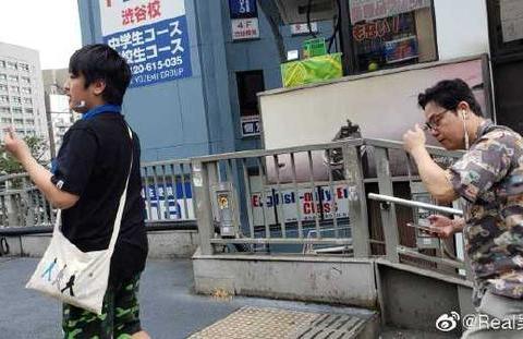 吴镇宇儿子与妈妈日本游玩 费曼全程帮拿东西 晒与妈妈罕见合照