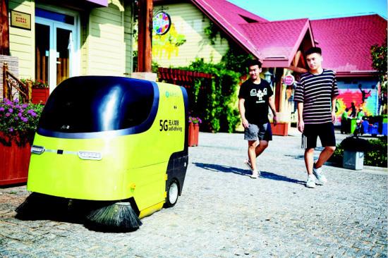 首批5G无人驾驶清扫车亮相青岛西海岸新区金沙滩啤酒城