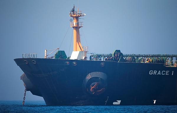 """当地时间2019年8月15日,直布罗陀海峡,直布罗陀法院下令释放被扣押的伊朗油轮""""格蕾丝一号""""。视觉中国 图"""