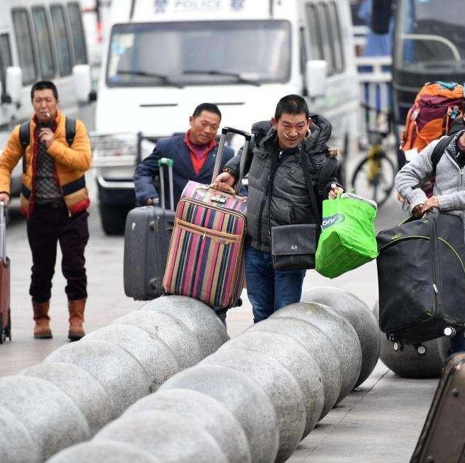 """大头虾安检口""""一掷千金"""" 铁路警方提示旅客在安检口需留意行李"""
