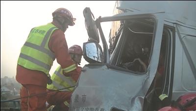 海安两辆大货车发生追尾消防员救出被困司机