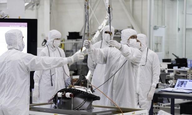 NASA工程师在Mars 2020火星车上安装样品缓存系统