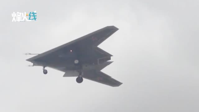 视频-俄罗斯公布新型隐形无人机多角度试飞画面:苏30战机护航