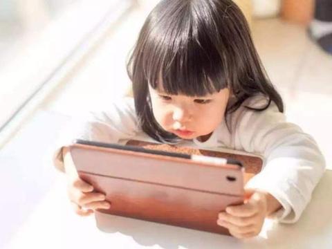 孩子3岁前,做这几件事会毁掉视力,很多家长可能还天天做