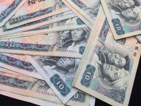 农村80岁大爷一生保存的旧纸币,专家想原价收走,气的大爷想怼他