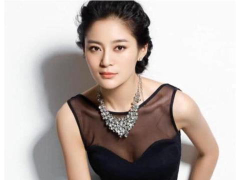 她笑起来像孙俪,不笑的时候像袁姗姗,今34岁双胞胎儿子超可爱