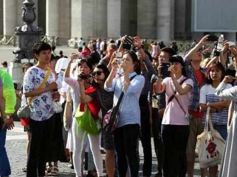 中国游客去非洲,在海鲜市场买2只龙虾