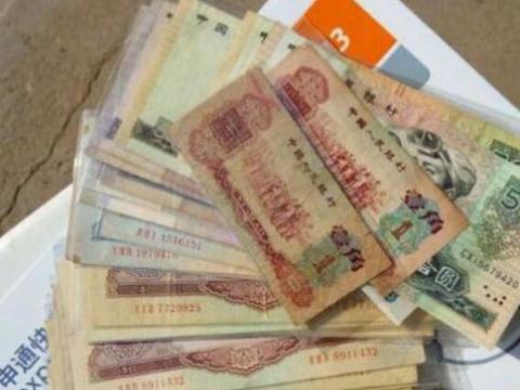 儿子整理去世父亲遗物,发现了200张巨额纸币,到银行后颇为震惊