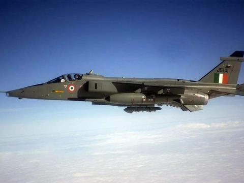 印度最强战机坠毁,飞行员装束引发关注,可能在测试秘密武器