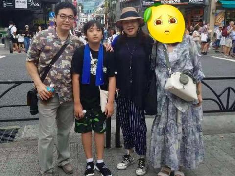 吴镇宇10岁儿子费曼变小黑胖,帮妈妈拎包表情生无可恋