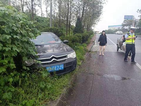 轿车为躲摩托冲进绿化带 女司机险些犯心脏病