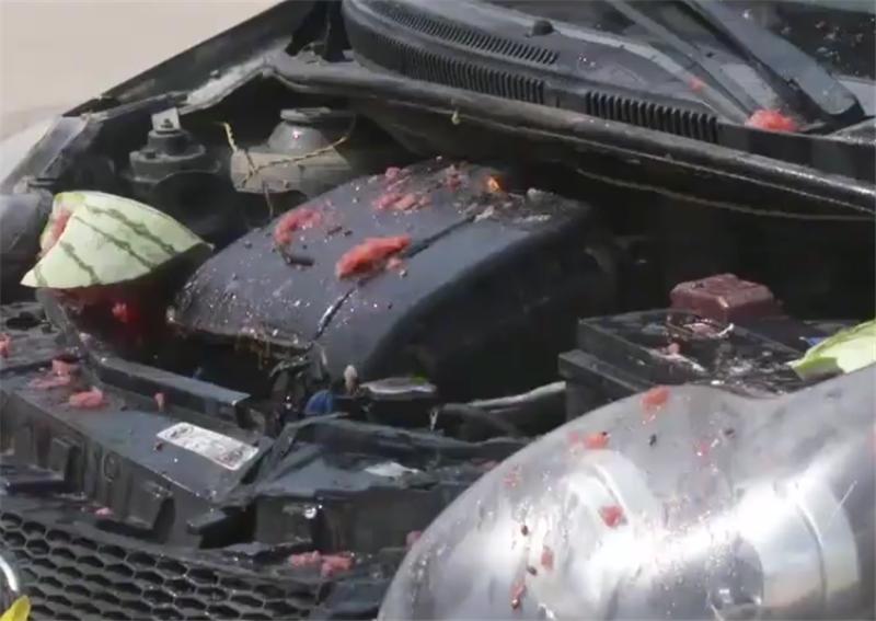 西瓜真能灭火?11万别克自燃,车主用西瓜砸引擎盖上,直接灭掉
