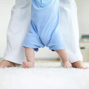 猴妈妈想让宝宝尽快学会走路,故意趴下观察,真是当妈的不容易啊