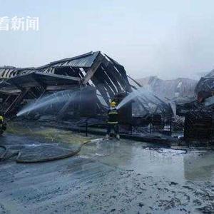 奉贤一农药厂发生火灾 3名消防员战斗中中暑送医