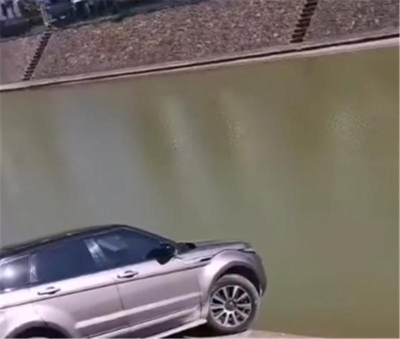 不幸中的万幸!38万路虎差点泡水,半个轮子在边缘,倒车回不去
