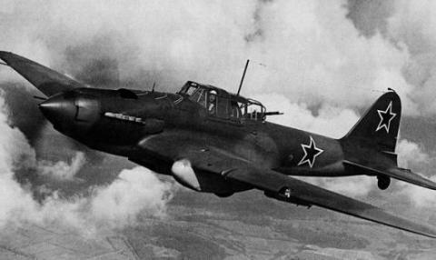 出其不意 座机被击中迫降雪地 反手将追上来的德军战机开走