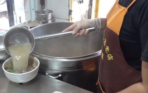河南开封老店卖36年鸡血汤,一大碗只要10元,日卖800碗!
